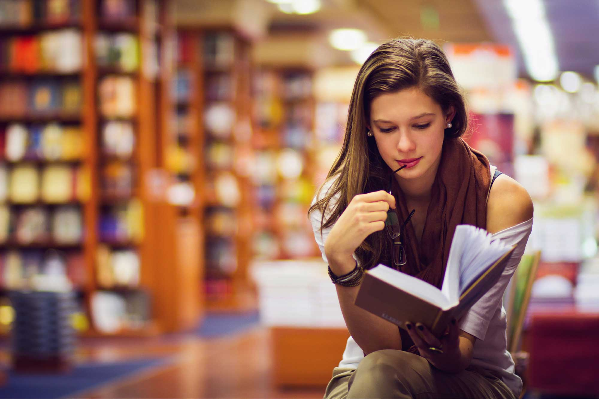 girl-in-library